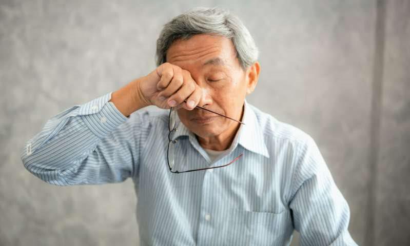 Nhức mỏi mắt, cộm mắt là biểu hiện dễ gặp phải sau mổ mắt cườm